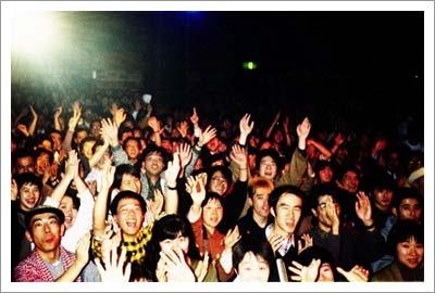09092003_crowd.jpg